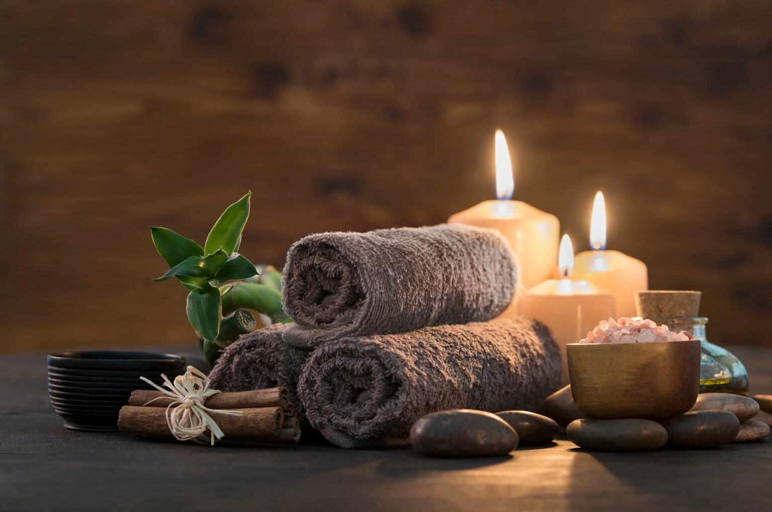 Handtücher und Kerzen schön drapiert
