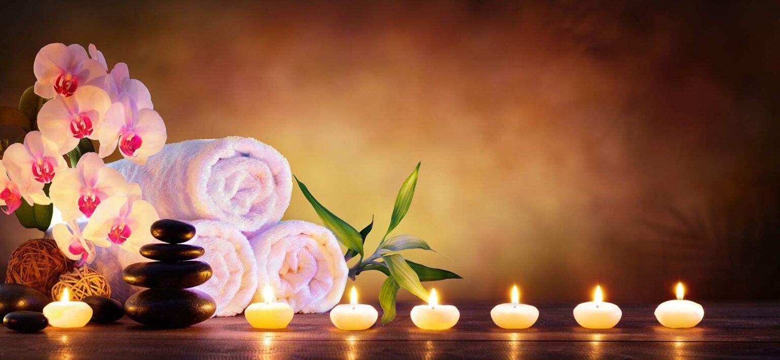 Kerzen und Handtücher schön drapiert