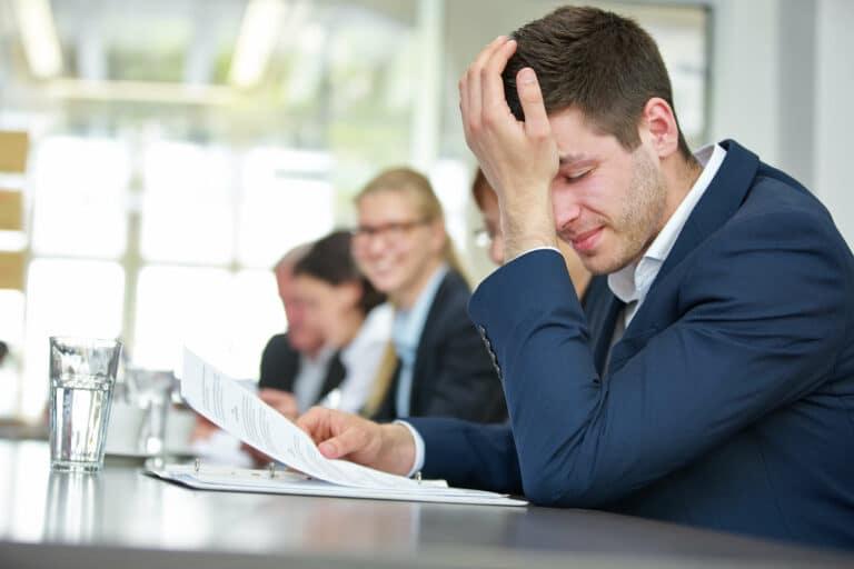 Geschäftsmann mit Burnout in Business Meeting