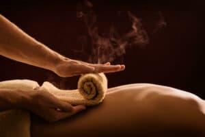 Massagetherapeut warmes Handtuch auf Rücken